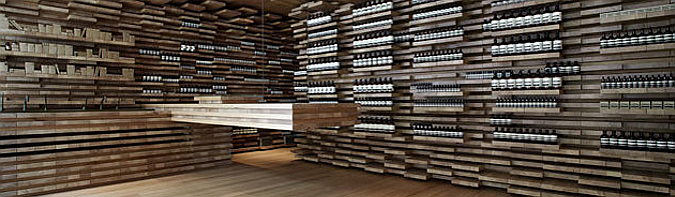 comprando entre tablones - aesop store in paris