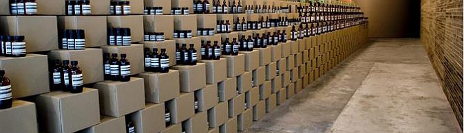 comprando entre cartones - aesop store in Melbourne